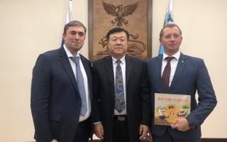 正在俄罗斯访问的农业农村部副部长于康震与俄罗斯联邦农业部副部长乌瓦伊多夫见面