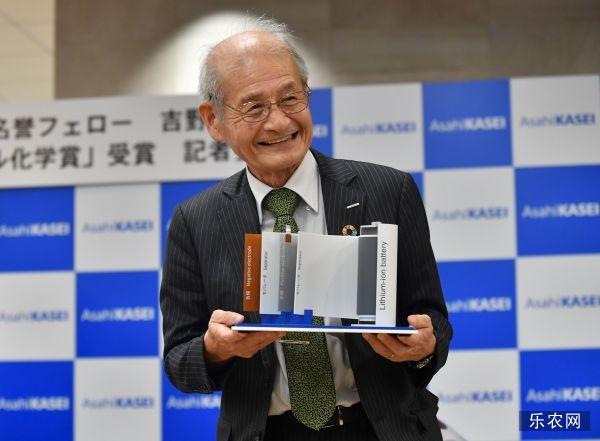 资料图片:瑞典皇家科学院10月9日宣布,将2019年诺贝尔化学奖授予来自美国的科学家约翰·古迪纳夫、斯坦利·惠廷厄姆和日本科学家吉野彰,以表彰他们在锂离子电池研发领域作出的贡献。图为10月9日,在日本东京,吉野彰出席新闻发布会。(新华社/法新)